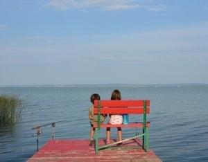 La posture assise sur un banc chez lenfant